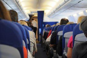 Gång i flygplan fullsatt med passagerare