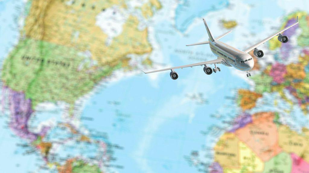 Flygplan ovanför suddig världskarta