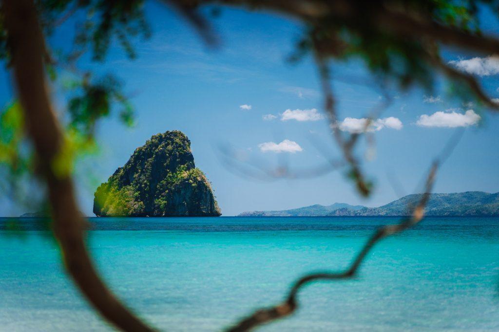 Hav med stenig ö i bakgrunden